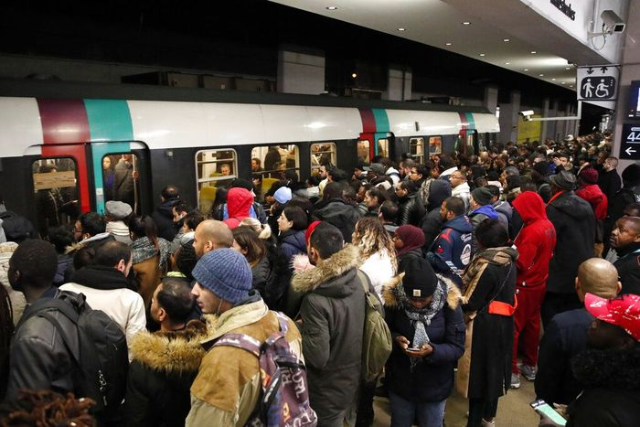 Sejumlah warga maupun turis memadati stasiun kereta bawah tanah yang berada di Kota Paris, Selasa (10/12/2019). Aksi mogok massal yang dilakukan sejumlah pekerja membuat aktivitas transportasi publik di kawasan tersebut menjadi terganggu. Francois Mori/AP Photo.