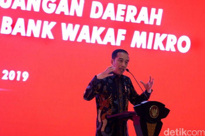 Presiden Jokowi menghadiri Rapat Koordinasi Nasional Tim Percepatan Akses Keuangan Daerah dan Silahturahmi Nasional Bank Wakaf Mikro di Hotel Mulia, Senayan, Jakarta, Selasa (10/12/2019).
