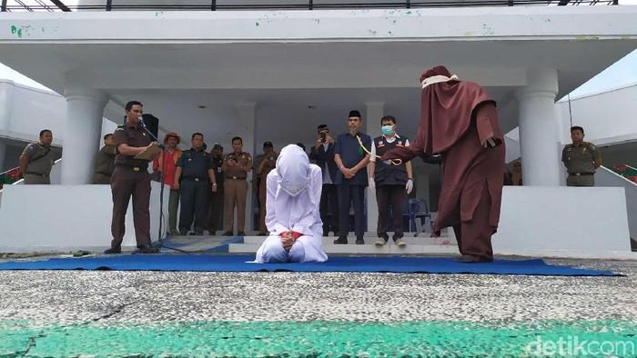 Foto: Wanita yang temani anggota TNI nyabu dihukum cambuk (Agus-detikcom)