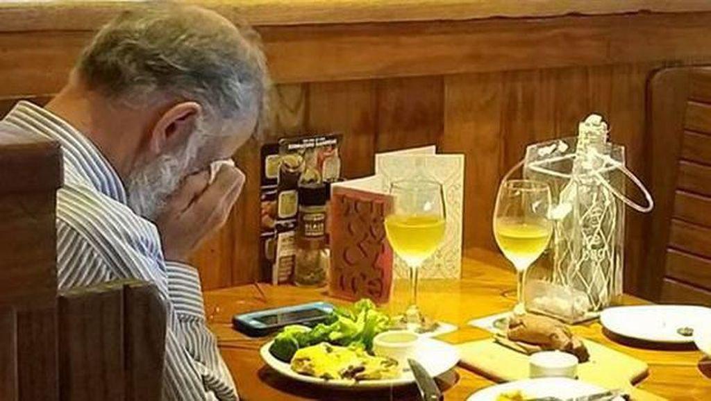 Miris! Kisah Sedih Para Orang Tua yang Makan Sendirian di Restoran