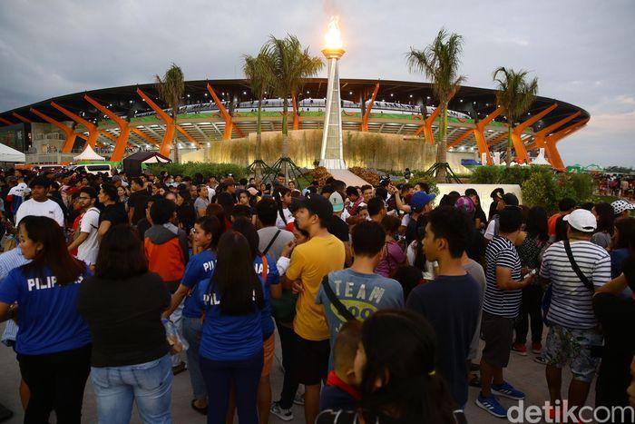 Warga berdatangan ke lokasi acara penutupan SEA Games 2019 di Stadion Clark.