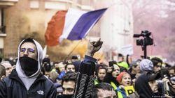 Macron Tetap Lanjutkan Perubahan Skema Pensiun di Tengah Aksi Penolakan