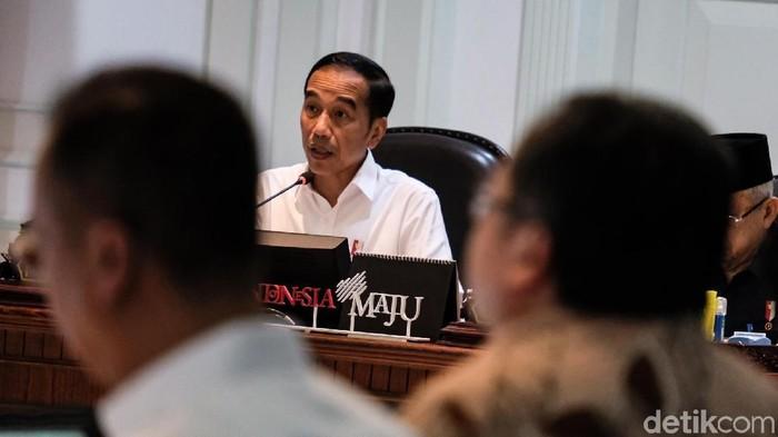 Presiden Joko Widodo (Jokowi) bersama Menko Perekonomian Airlangga Hartarto dan Menko Kemaritiman Luhut Binsar Pandjaitan