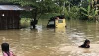 Ratusan rumah warga dan lahan pertanian pun terendam banjir di wilayah tersebut. Akitivitas warga pun menjadi terganggu.