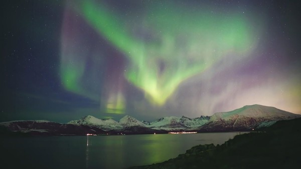 Akhir tahun hingga Januari adalah waktu yang tepat untuk melihat cahaya utara atau aurora. Untuk para pecinta kuliner yang menguji rasa dan bau, Anda bisa menjajal Fiskekompaniet Tromso AS yang terkenal dengan makanan Laut Arktik yang segar. Sedang untuk sentuhan, udara Arktik pasti bikin Anda cepat merasa kesemutan (Foto: CNN)
