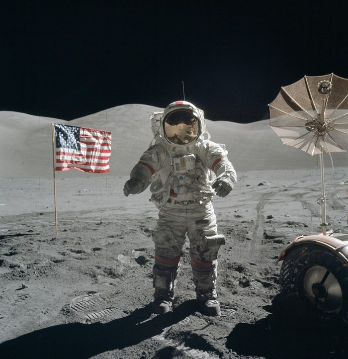 Foto: Eugene Cernan berjalan di bulan dalam misi Apollo 17. Foto ini diambil astronout Harrison Schmitt (NASA)