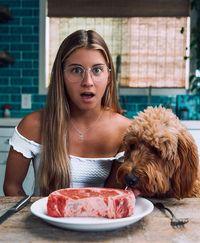 Duh, Influencer Vegan Ini Bikin Netizen Geram karena Makan Daging!