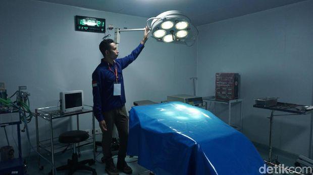 Ruang operasi di sebuah RS apung.