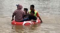 Petugas melakukan evakuasi kepada warga yang terdampak banjir di wilayah Kabupaten Lima Puluh Kota, Sumatera Barat.