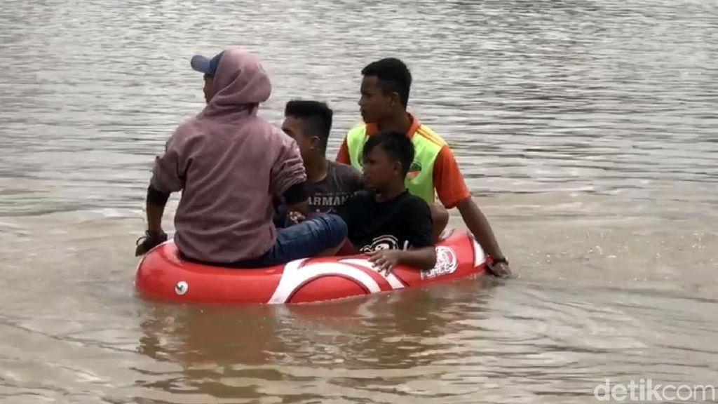 Korban Banjir di Kabupaten Lima Puluh Kota Dievakuasi