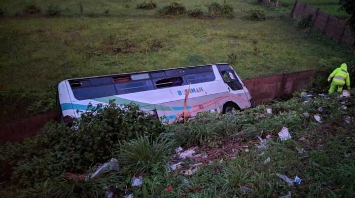 Bus kecelakaan di dekat jalan layang Jalur Lingkar Selatan, Sukabumi. (Foto: istimewa)