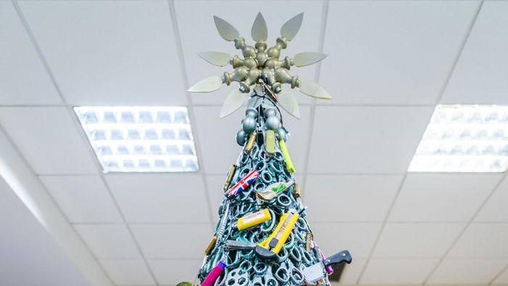 Unik! Bandara Pajang Pohon Natal dari Benda Sitaan yang Dilarang Masuk Pesawat