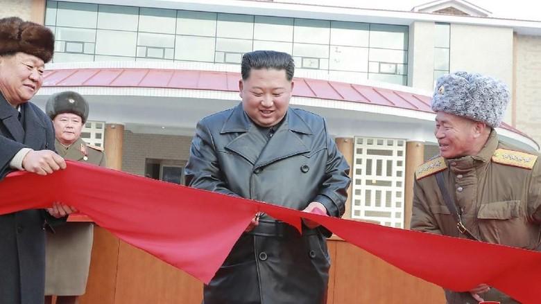 Kim Jong Un meresmikan kota spa (KCNA/AFP)