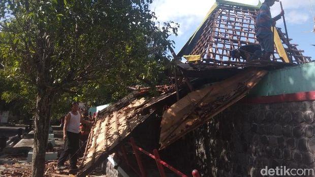 Objek Wisata Umbul Pengging di Boyolali porak poranda diterjang puting beliung.