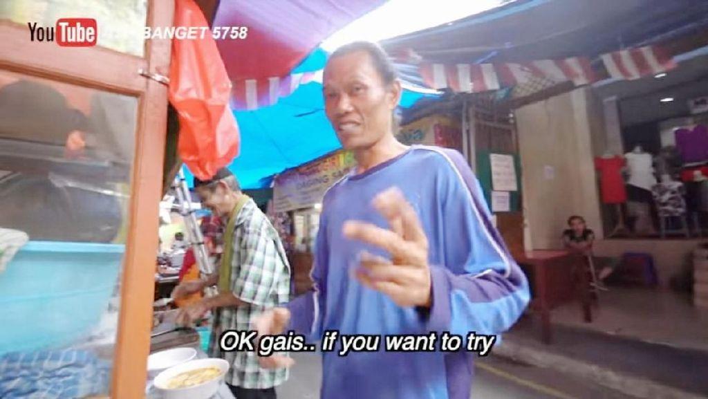 Keren! Tukang Soto Tangkar Ini Fasih Berbahasa Inggris Saat Jualan