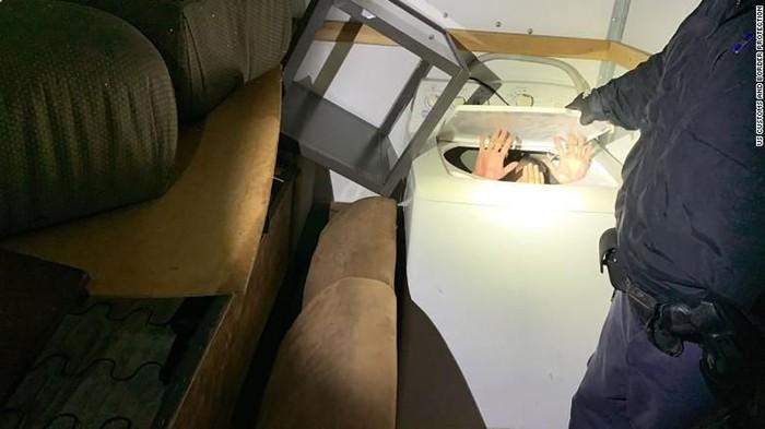 Imgran China ditemukan sembunyi di mesin cuci di dalam truk yang melintasi perbatasan AS-Meksiko (US Customs and Border Protection via CNN)