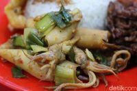 Nasi Uduk Janda: Gurihnya Nasi Uduk Plus Puluhan Lauk Incaran Mahasiswa