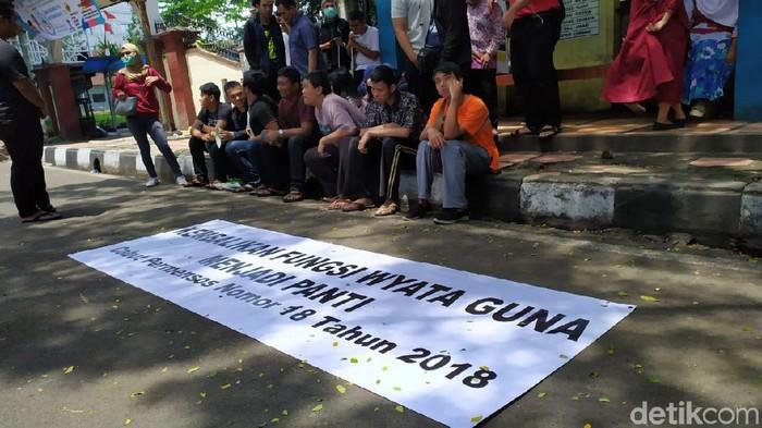 Penyandang disabilitas menggelar aksi terkait perubahan status Wyata Guna, Kota Bandung, dari panti menjadi balai. (Dony Indra Ramadhan/detikcom)