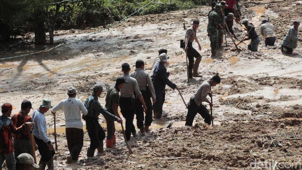 350 Personel Gabungan Singkirkan Danau Lumpur Cilangari Bandung Barat