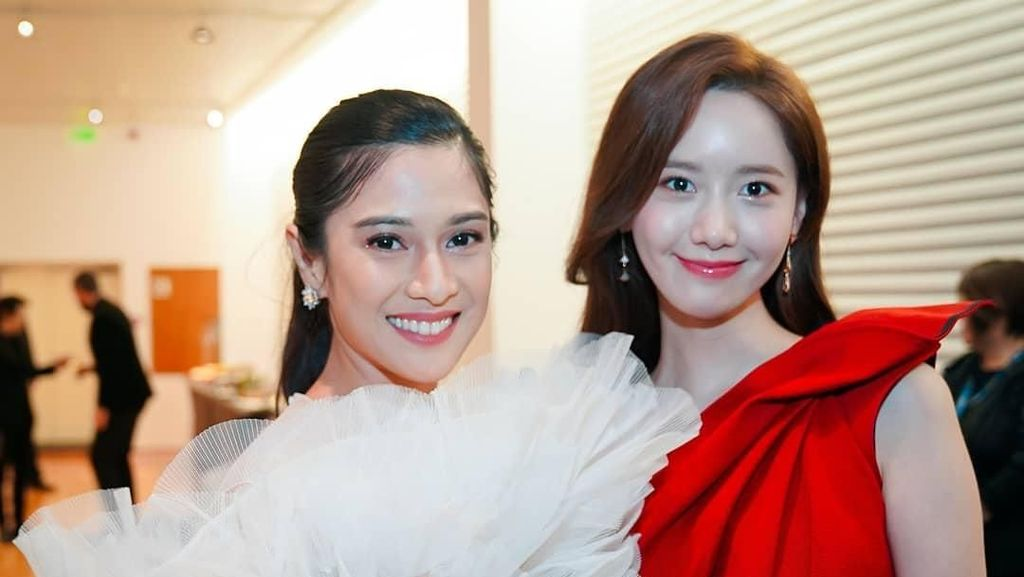 Cantiknya Bikin Adem, Saat Dian Sastrowardoyo dan Yoona SNSD Foto Bareng