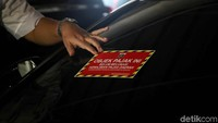 Mobil-mobil mewah yang diketahui belum membayar maupun menunggak pajak langsung ditempelkan stiker oleh petugas.