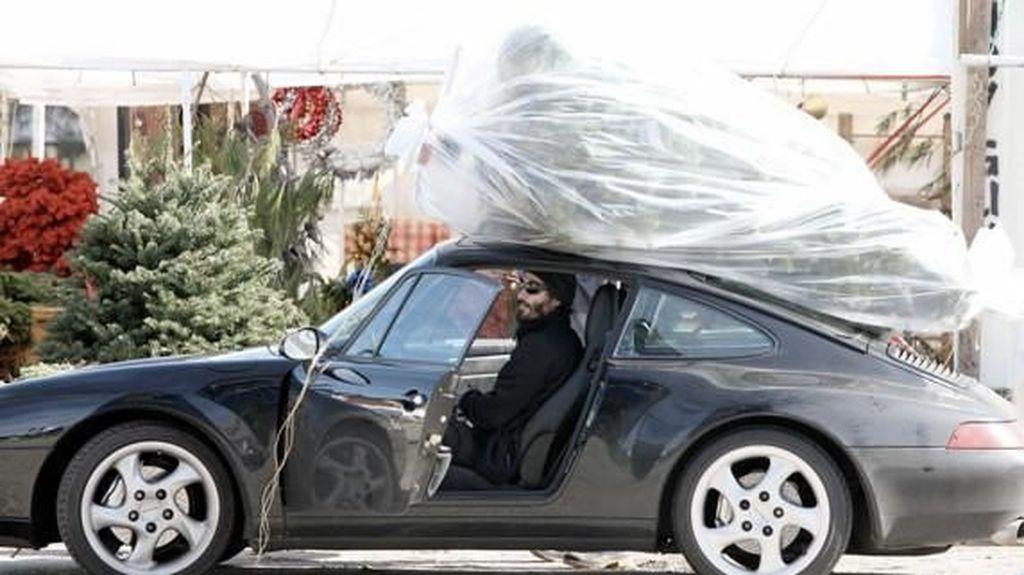 Sultan! Keanu Reeves Angkut Pohon Natal Pakai Porsche