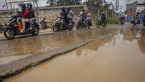 Hati-hati! Jalan di Cibinong Rusak dan Tergenang Air