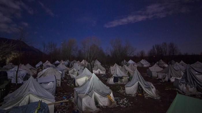 Kondisi kamp sementara yang memprihatinkan membuat ratusan imigran di Bosnia terancam tewas membeku. Mereka pun kemudian dipindahkan ke tempat yang lebih layak.