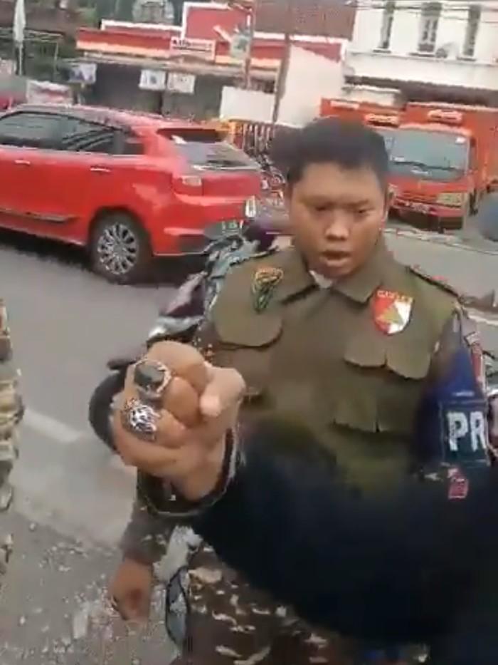 Video viral anggota Banser NU dipersekusi seorang pria. (Screenshot Video)