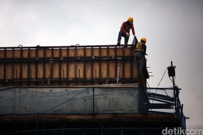 Pekerja melakukan proses pembangunan tol Becakayu seksi 2A di Kalimalang, Bekasi Barat, Selasa (10/12/2019).