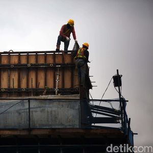 Pekerja Bahu Membahu Selesaikan Proyek Tol Becakayu Seksi 2A
