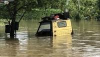 Petugas pun dikerahkan untuk memantau dan membantu warga yang menjadi korban terdampak banjir di kawasan tersebut.