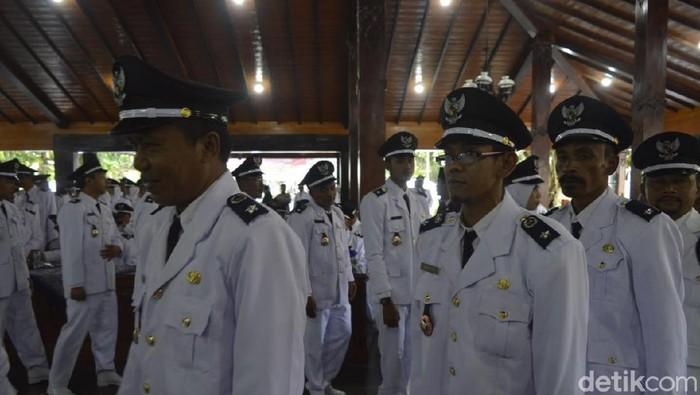 Pelantikan Ahmad Fauzi (tengah, berkacamata) menjadi Kades Batur, Banjarnegara, Rabu (11/12/2019). (UjeHartono/detikcom)