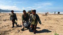 Warga dan TNI Bahu Membahu Bersihkan Sampah di Pantai Loji