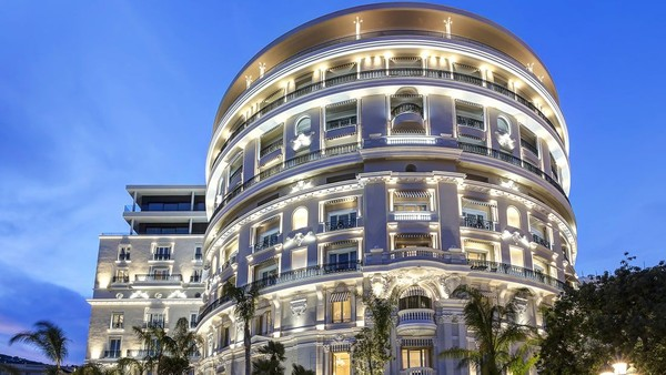 Pertimbangkan untuk menginap di Hotel de Paris Monte-Carlo atau setidaknya pergi ke sana untuk melihat-lihat. Meski bukan musim bermain-main di pantai, Anda tidak akan merasakan suhu yang sangat dingin di sini (Foto: CNN)