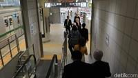 Sejauh mana Jepang menghadirkan pengalaman perkeretaapian? Jawabannya adalah dengan menghadirkan replika interior stasiun kereta (Mock up) lengkap dengan segala fasilitas penunjangnya. Lengkap dengan rel kereta serta kereta yang bisa dioperasikan via rel sepanjang 700 meter (Randy/detikcom)