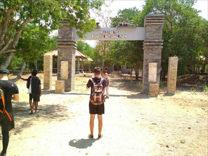 Pintu masuk Taman Nasional Komodo di NTT (Foto: Jonathan Alfrendi)