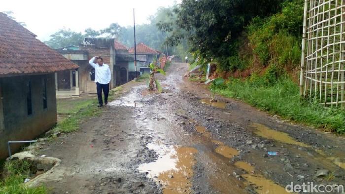 Jalan Rusak Bandung Barat Ditanami Pohon Pisang