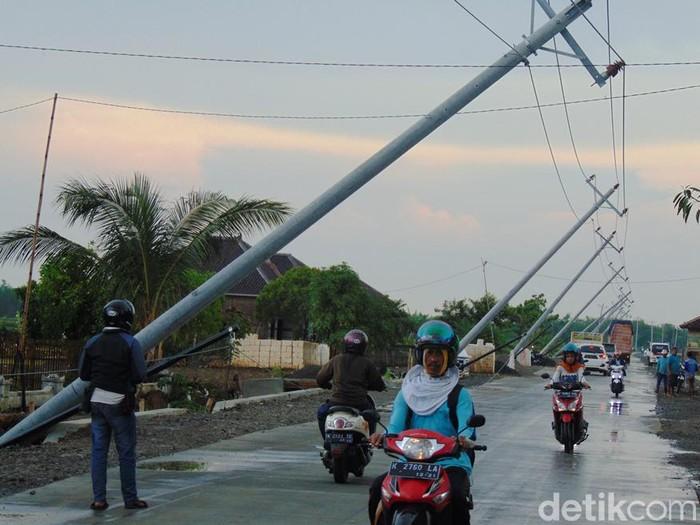 Deretan tiang listrik-telepon nyaris roboh diterjang angin di Pati, Rabu (11/12/2019). (Foto: Arif Syaefudin/detikcom)