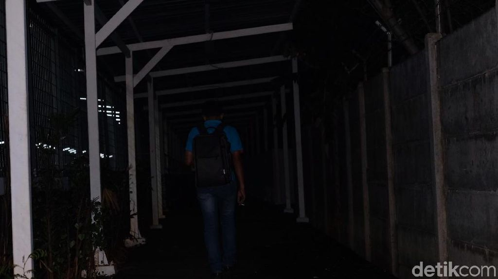 Hati-hati, Lorong Stasiun Jurangmangu Arah UPJ Gelap Gulita