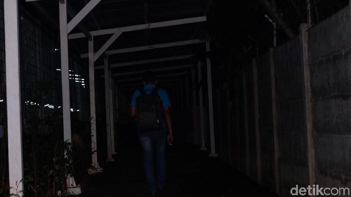 Foto: Lorong Stasiun Jurangmangu Arah Universitas Pembangunan Jaya Gelap Gulita. (Andhika-detikcom)