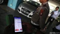 Satu per satu kendaraan roda empat tersebut dicek datanya melalui aplikasi yang ada di ponsel pintar oleh para petugas.