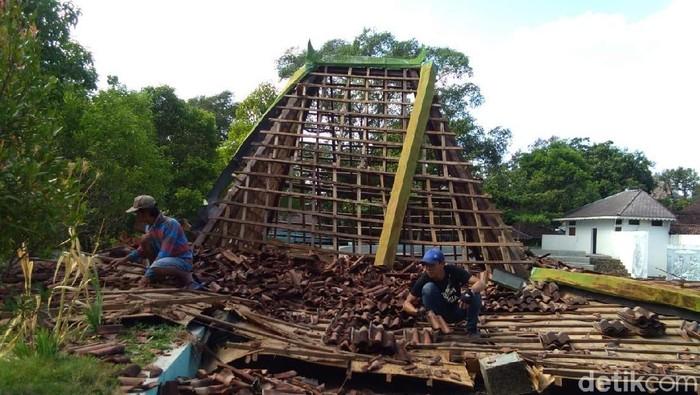 Objek Wisata Umbul Pengging di Boyolali porak poranda diterjang puting beliung. Foto: Ragil Ajiyanto/detikcom