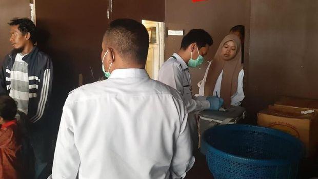 Polisi mengecek aduan warga soal air berbau bensin dekat SPBU Rappocini Makassar