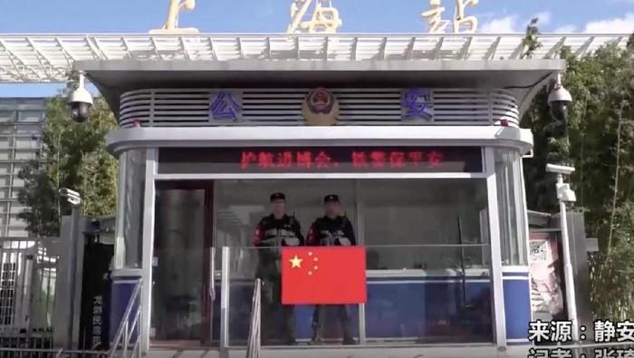 seorang bocah ditemukan mengemis di stasiun kereta Shanghai (Foto: SCMP)
