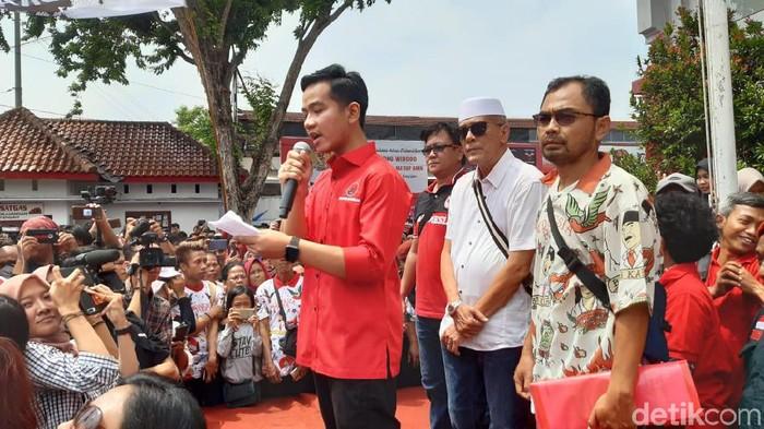 Foto: Gibran saat mendaftar menjadi bakal calon Walikota Solo (Angling Adhitya Purbaya/detikcom)