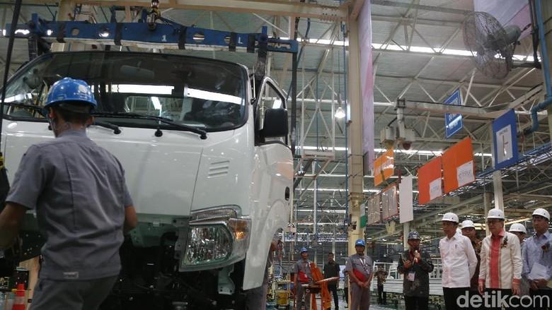 Presiden Jokowi pagi ini meresmikan pelepasan ekspor perdana mobil pikap produk Isuzu Traga. Kegiatan ini akan membuat neraca perdagangan Indonesia surplus.