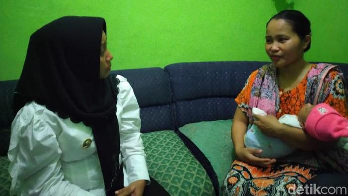 Ibu bayi tanpa anus bertemu dengan Wali Kota Mojokerto (Enggran Eko Budianto/detikcom)