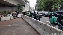 Ojek Online Mangkal di U-Turn Jalan Satrio yang Ditutup