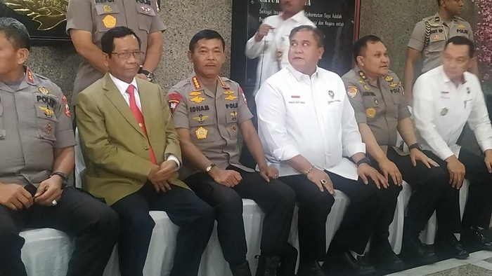 Foto: Mahfud Md dan Kapolri Jenderal Idham Azis bersama jajaran Polri. (Audrey Santoso/detikcom).
